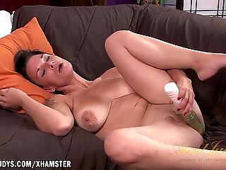 Veronica Green vibrates her clit to a squirting orgasm