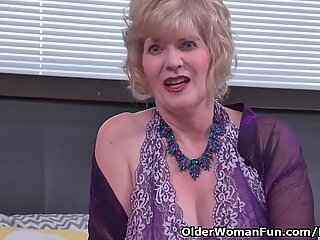 American gilf Sindee Dix gets horny in pantyhose